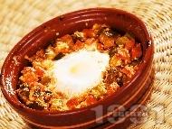 Рецепта Гювече с кренвирши, кисели краставички сирене и яйце на фурна